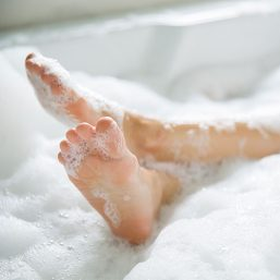 pies en la bañera